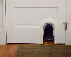 Theprivate cat entrance to the litterbox